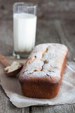 Cheesecake με ένα ποτήρι του γάλακτος Στοκ Φωτογραφία