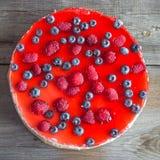 Cheesecake με τα φρέσκα σμέουρα και τα βακκίνια Στοκ Εικόνες