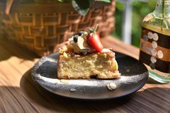Cheesecake με τα φρέσκα φρούτα μούρων, φέτα του σπιτικού κέικ στοκ εικόνα με δικαίωμα ελεύθερης χρήσης