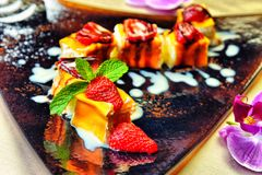 Cheesecake με τις φρέσκες φράουλες και μέντα για το επιδόρπιο - υγεία Στοκ Εικόνες