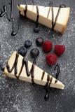 Cheesecake με liquorice τη σάλτσα και τα φρούτα Στοκ φωτογραφίες με δικαίωμα ελεύθερης χρήσης