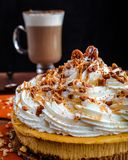 Cheesecake πιτών κολοκύθας με τον καφέ Latte Στοκ Εικόνα