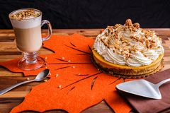 Cheesecake πιτών κολοκύθας με τον καφέ Latte Στοκ φωτογραφία με δικαίωμα ελεύθερης χρήσης