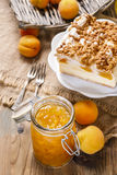 Cheesecake ροδάκινων και βάζο της μαρμελάδας Στοκ Φωτογραφίες