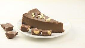 cheesecake σοκολάτας στο άσπρο πιάτο στον πίνακα φιλμ μικρού μήκους