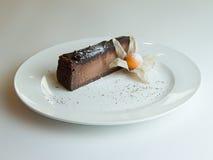 Cheesecake σοκολάτας με το λούστρο σοκολάτας στο άσπρο ξύλινο υπόβαθρο Στοκ φωτογραφία με δικαίωμα ελεύθερης χρήσης