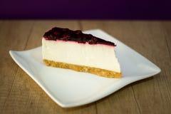 Cheesecake στο άσπρο πιάτο με τα φρούτα Στοκ εικόνα με δικαίωμα ελεύθερης χρήσης