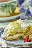 Cheesecake της Apple με το φλυτζάνι της γλυκιάς ζωής επιδορπίων τσαγιού ακόμα Στοκ Εικόνα