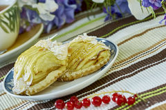 Cheesecake της Apple με το φλυτζάνι της γλυκιάς ζωής επιδορπίων τσαγιού ακόμα Στοκ εικόνα με δικαίωμα ελεύθερης χρήσης