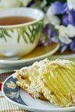Cheesecake της Apple με το φλυτζάνι της γλυκιάς ζωής επιδορπίων τσαγιού ακόμα Στοκ φωτογραφία με δικαίωμα ελεύθερης χρήσης
