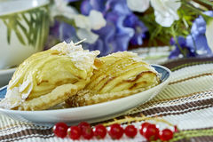 Cheesecake της Apple με το φλυτζάνι της γλυκιάς ζωής επιδορπίων τσαγιού ακόμα Στοκ εικόνες με δικαίωμα ελεύθερης χρήσης