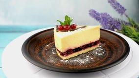 Cheesecake το κέικ με τα μούρα διακοσμεί με τον κλαδίσκο μεντών απόθεμα βίντεο