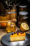 Cheesecake φέτα σε ένα μπλε πιάτο Χιόνι ζάχαρης Σκόνη ζάχαρης στοκ εικόνες
