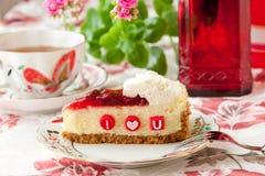 Cheesecake φραουλών και φλυτζάνι του τσαγιού. Στοκ φωτογραφίες με δικαίωμα ελεύθερης χρήσης