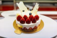 Cheesecake φραουλών shortcake σε χρυσό χαρτί με πολλούς φρέσκια κόκκινη φράουλα στον καφέ στο Οταρού, Hokkaido, Ιαπωνία στοκ φωτογραφία με δικαίωμα ελεύθερης χρήσης