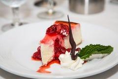 Cheesecake φραουλών που διακοσμείται με το κτυπημένο φύλλο κρέμας και μεντών Στοκ φωτογραφία με δικαίωμα ελεύθερης χρήσης
