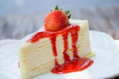 Cheesecake φραουλών στο άσπρο υπόβαθρο Στοκ Εικόνες