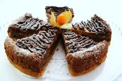 Dekorujący cheesecake Zdjęcia Royalty Free