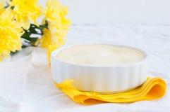 Cheesecake i bukiet żółci kwiaty Zdjęcie Stock