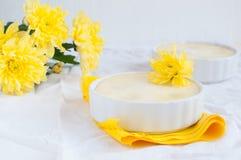 Cheesecake i bukiet żółci kwiaty Obraz Royalty Free