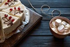 Cheesecake i kawa na czarnym stole obraz royalty free