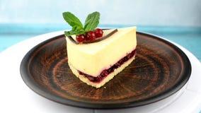 Cheesecake mascarpone κέικ επιδορπίων με το φύλλο και τα μούρα μεντών φιλμ μικρού μήκους