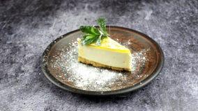 Cheesecake mascarpone κέικ επιδορπίων με το φύλλο μεντών απόθεμα βίντεο