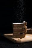 Cheesecake na zmroku tła dolewaniu Fotografia Royalty Free
