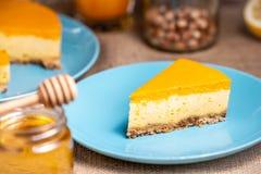Cheesecake plasterek na błękitnym talerzu zdjęcie stock