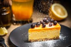 Cheesecake plasterek na b??kitnym talerzu Cukrowy ?nieg Cukrowy ?nieg zdjęcia royalty free