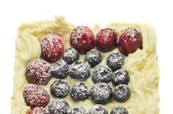 Cheesecake souffle z lasowymi jagodami, odizolowywać fotografia stock