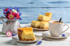 Cheesecake and spring flowers Royalty Free Stock Photography