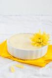 Cheesecake w ceramicznym pucharze z żółtymi kwiatami Zdjęcia Royalty Free