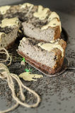Cheesecake z czarnymi sezamowymi ziarnami na Halloween, zamazany tło Obrazy Royalty Free
