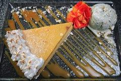Cheesecake z lody i karmelem Obrazy Stock