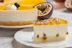 Cheesecake z pasyjnej owoc coulis na czarnym i drewnianym tle Obrazy Royalty Free