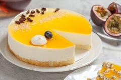 Cheesecake z pasyjnej owoc coulis na czarnym i drewnianym tle Zdjęcie Royalty Free