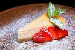 Cheesecake z truskawkami i sproszkowanym cukierem Zdjęcie Stock