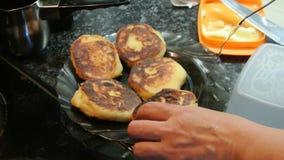 Cheesecakes γύρω από τη μορφή που τηγανίζονται σε ένα skillet χυτοσιδήρου φιλμ μικρού μήκους