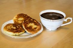 Cheesecakes και ένα φλυτζάνι του καφέ espresso στον ξύλινο πίνακα Στοκ φωτογραφία με δικαίωμα ελεύθερης χρήσης