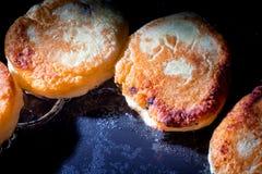 Cheesecakes που τηγανίζονται σε ένα τηγάνι στοκ εικόνα με δικαίωμα ελεύθερης χρήσης