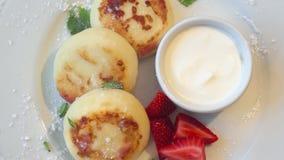 Cheesecakes του τυριού εξοχικών σπιτιών και των εκτιμήσεων φιλμ μικρού μήκους