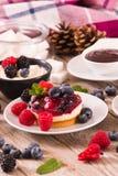 Cheesecakes z mieszanymi jagodami zdjęcia stock