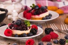 Cheesecakes z mieszanymi jagodami fotografia royalty free