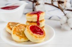 Cheesecakes z truskawkowym dżemem fotografia stock