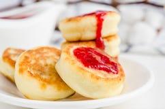Cheesecakes z truskawkowym dżemem zdjęcie royalty free