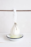 Cheeseclothe påse med hemlagad keso Royaltyfri Fotografi