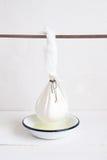 Cheeseclothe-Tasche mit selbst gemachtem Hüttenkäse Lizenzfreie Stockfotografie