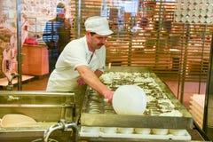 Cheesemaker som förbereder osten i ett showmejeri på Engelberg Royaltyfria Foton