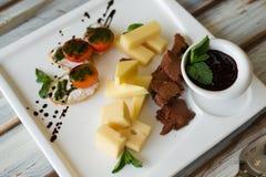 Cheeseplate mit souce auf einer Tabelle stockfotos